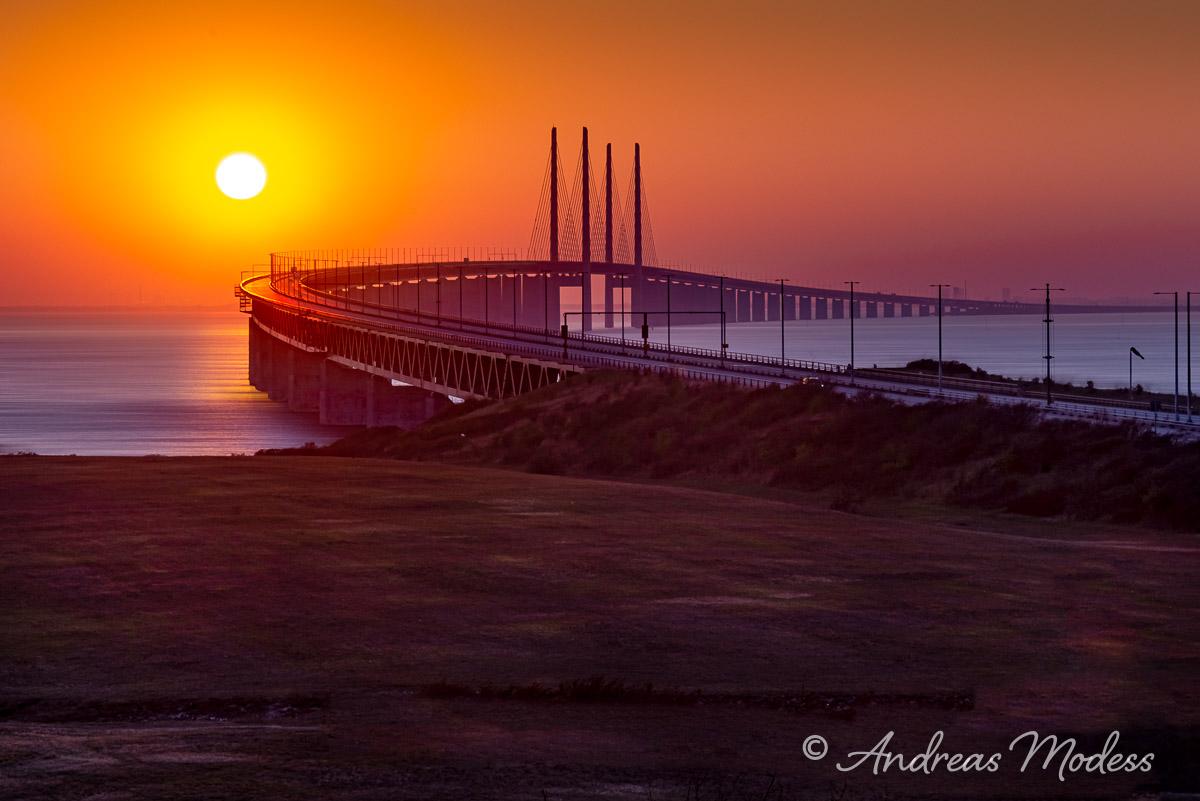 Disig bro i solnedgång